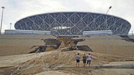Tanggul di dekat Volgograd Arena jebol akibat hujan deras. - INDOSPORT