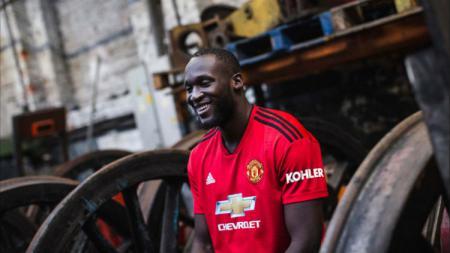 Romelu Lukaku menggunakan jersey baru Manchester United. - INDOSPORT