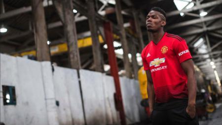 Paul Pogba saat menggunakan jersey baru Manchester United. - INDOSPORT