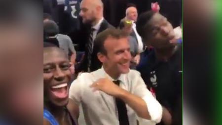 Paul Pogba dan Benjamin Mendy 'nge-dab' bareng presiden Prancis saat perayaan juara Piala Dunia 2018. - INDOSPORT