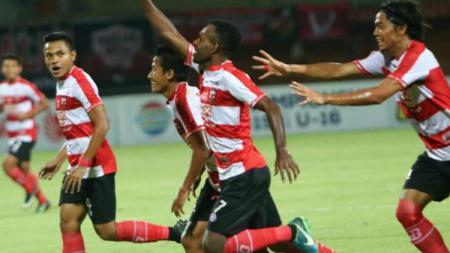 Engelberd Sani membuka keunggulan Madura United atas Perseru. - INDOSPORT