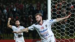 Indosport - Malvin Platje membobol gawang Persija Jakarta.