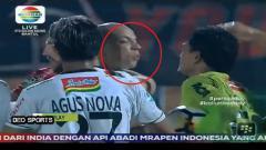 Indosport - Ivan Carlos meludah kepada Wawan Hendrawan.