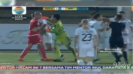 Detik-detik Keributan Pemain Persija vs Bali United di Tengah Laga. - INDOSPORT