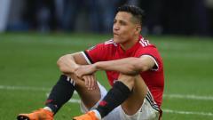 Indosport - Alexis Sanchez terduduk dalam satu pertandingan Manchester United.