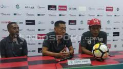 Indosport - Asisten Pelatih Persipura, Tony Ho (tengah) bersama Boaz Atururi (kiri) saat memberikan keterangan pers jelang laga kontra PSIS / Sudjarwo
