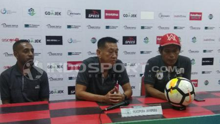 Asisten Pelatih Persipura, Tony Ho (tengah) bersama Boaz Atururi (kiri) saat memberikan keterangan pers jelang laga kontra PSIS / Sudjarwo - INDOSPORT