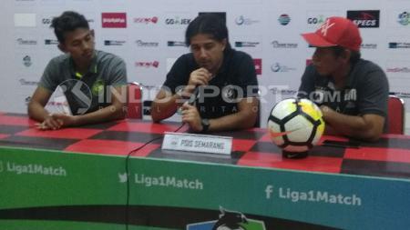 Vicenzo Alberto Annese (tengah) bersama Hery Nur Yulianto (kiri) ketika menjalani sesi konferensi pers jelang laga kontra Persipura. - INDOSPORT