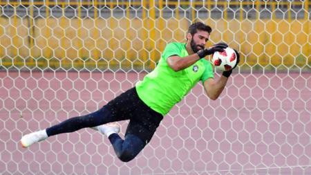 Alisson Becker saat latihan bersama Timnas Brasil di Piala Dunia 2018. - INDOSPORT
