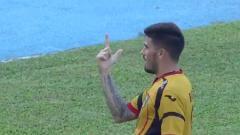 Indosport - Frenando Rodrigues mencetak gol pembuka bagi Mitra Kukar saat melawan Sriwijaya FC.
