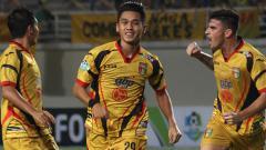 Indosport - Septian David Maulana dan Fernando Rodriguez selebrasi usai mencetak gol ke gawang Borneo FC.