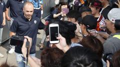 Indosport - Andres Iniesta usai bertemu wartawan langsung disambut ratusan penggemarnya.