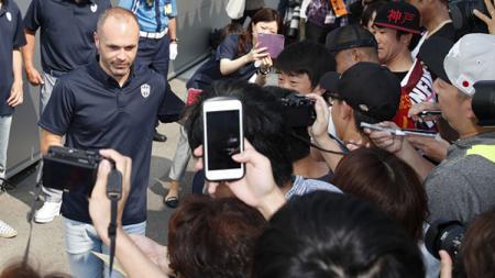 Andres Iniesta usai bertemu wartawan langsung disambut ratusan penggemarnya. - INDOSPORT