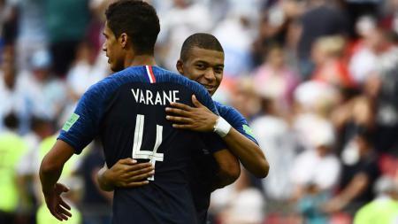 Raphael Varane dan Kylian Mbappe Saat Membela Timnas Prancis di Piala Dunia 2018 - INDOSPORT