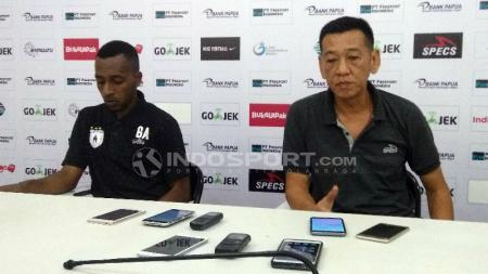 Asisten Pelatih Persipura, Tony Ho bersama Boaz Atururi saat menggelar konferensi pers usai laga Persipura vs PSIS Semarang, Rabu (18/07/18). - INDOSPORT