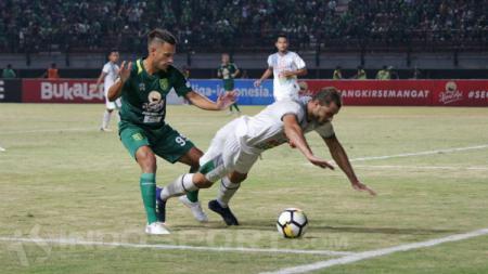 Pemain anyar Persebaya Surabaya, Raphael Maitimo dalam laga debutnya. - INDOSPORT