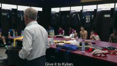 Indosport - Didier Deschamps memberikan instruksi saat istirahat babak pertama.