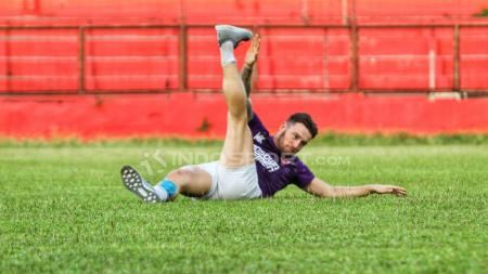 Marc Klok berlatih secara terpisah di Stadion Andi Mattalatta Mattoanging, Rabu (18/07/18). - INDOSPORT