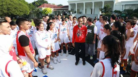 Timnas Basket Indonesia saat bertemu Presiden Joko Widodo. - INDOSPORT