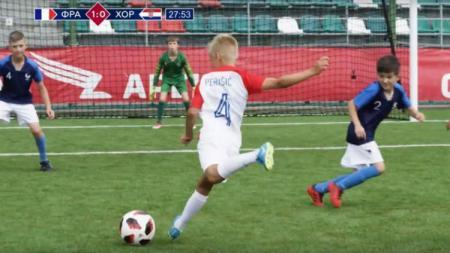 Anak-anak di Rusia peragakan final Piala Dunia 2018. - INDOSPORT