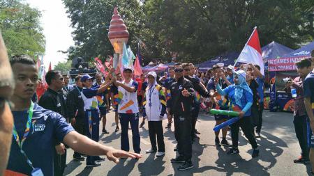 Tim pelari dari Aice turut memeriahkan torch relay Asian Games 2018 di Solo. - INDOSPORT