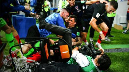 Fotografer terinjak-injak dalam perayaan gol Kroasia di semifinal Piala Dunia 2018. - INDOSPORT
