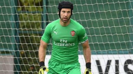 Kiper Arsenal, Petr Cech yang terlihat sangat gemuk di pelatihan pra musim. - INDOSPORT