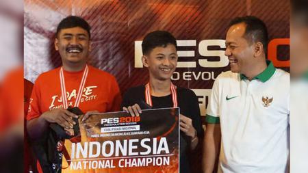 Atlet eSport Pro Evolution Soccer (PES), Rizki Faidan (tengah) harus mengubur mimpinya untuk bisa tampil di Asian Games 2018. - INDOSPORT