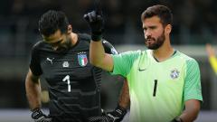 Indosport - Gianluigi Buffon dan Alisson Becker