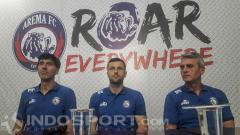 Indosport - Dua Pelatih Serbia, Milan Petrovic dan Dusan Momcilovic saat mengenalkan Srdjan Ostojic (tengah).