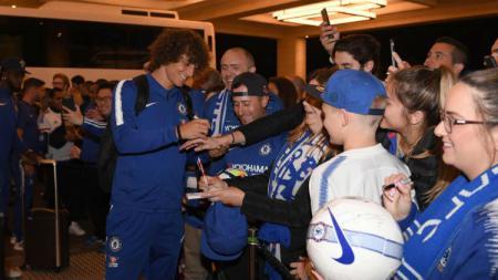 David Luiz saat tiba di Australia (19/07/18) dalam rangkaian tur pramusim Chelsea. - INDOSPORT