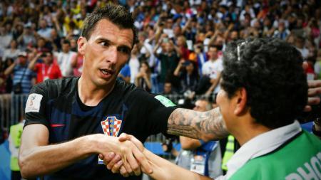 Mario Mandzukic menolong seorang fotografer saat semifinal Piala Dunia 2018. - INDOSPORT
