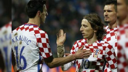 Nikola Kalinic berselebrasi bersama Luka Modric. - INDOSPORT
