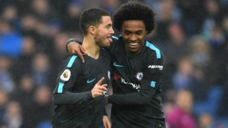 Willian dan Eden Hazard sedang merayakan gol untuk Chelsea. - INDOSPORT