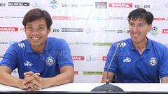 Indosport - Hamka Hamzah dan Milan Petrovic dalam jumpa pers.