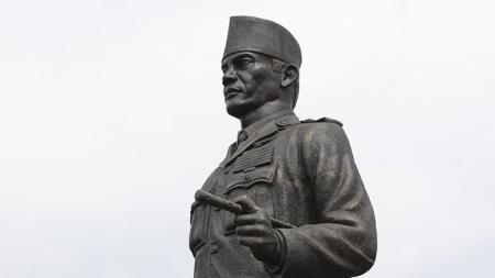 Patung Bung Karno berdiri gagah di depan makamnya di Malang. - INDOSPORT