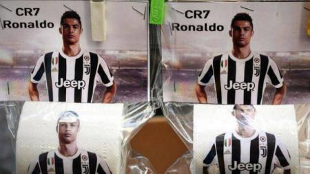 Pemain anyar Juventus Cristiano Ronaldo dijadikan bahan ejekan dengan membuat tisu yang menampilkan fotonya di Napoli. - INDOSPORT