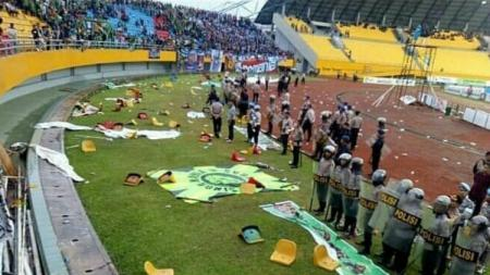 Bangku Stadion Gelora Sriwijaya dirusak oleh oknum suporter saat Sriwijaya FC vs Arema FC di Liga 1 2018. - INDOSPORT