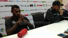 Indosport - Pelatih Rahmad Darmawan (kanan) melakukan konferensi pers usai laga Siwijaya FC vs Arema FC, Sabtu (21/07/18).