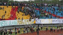 Indosport - Amukan oknum suporter yang kecewa dengan hasil laga Sriwijaya vs Arema mengakibatkan kursi-kursi stadion tercabut dari tribun.