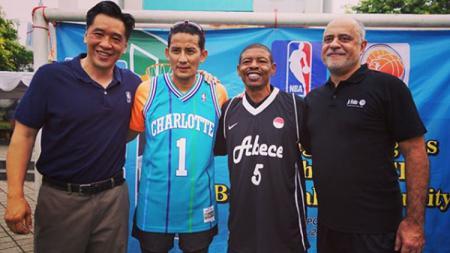 Wakil Gubernur DKI Jakarta, Sandiaga Uno dan Muggsy Bogues, mantan bintang basket NBA. - INDOSPORT