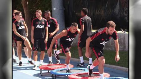 Skuat Man United saat menjalani sesi latihan tur pertama Manchester United. - INDOSPORT