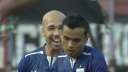Komarudin menjadi pencetak gol yang memenangkan PSIS Semarnang atas Persebaya Surabaya. - INDOSPORT