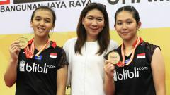 Indosport - Febriana Dwipuji Kusuma/Ribka Sugiarto berfoto bersama Susy Susanti usai menjuarai Kejuaraan Asia Junior 2018.