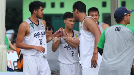 Para pemain tim Garuda Bandung 2 melakukan toss usai laga. Garuda Bandung 2 menang 22-21 atas NSH Jakarta. - INDOSPORT