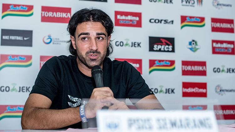 Vicenzo Annese saat press conference pasca laga kontra Persebaya di lanjutan Liga 1 2018. Copyright: Media Persebaya