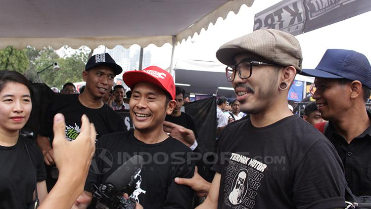 Alit Susanto (topi abu) ikut meramaikan event Otobursa Tumplek Blek 2018. Copyright: Dimas Ramadhan/INDOSPORT