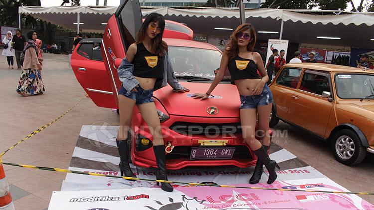Potret spg (Sales Promotion Girl) mobil saat di jepret tim Indosport. Copyright: Dimas Ramadhan/INDOSPORT