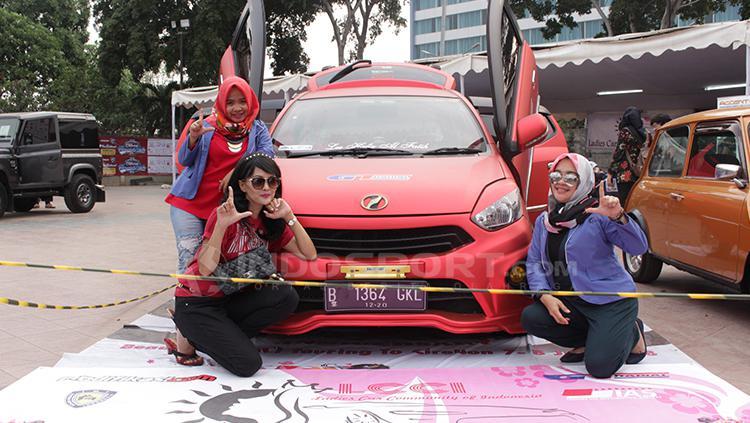 Pengunjung wanita ikut ramaikan acara dan berfoto di samping mobil. Copyright: Dimas Ramadhan/INDOSPORT