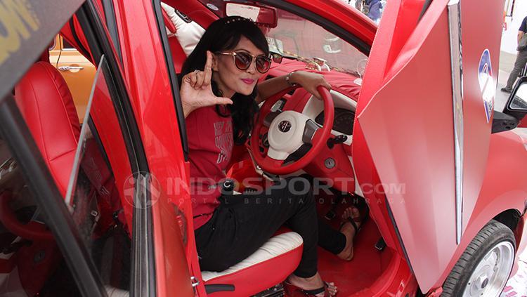 Salah satu pengunjung berfoto di dalam mobil. Copyright: Dimas Ramadhan/INDOSPORT